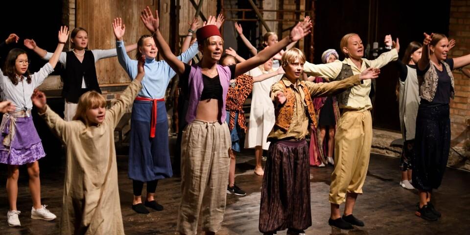 Sommarens två musikaluppsättningar är höjdpunkten för barnen och ungdomarna i Scen Österlen. Repetitionerna inleds efter sportlovet och intensifieras efter skolavslutningen.