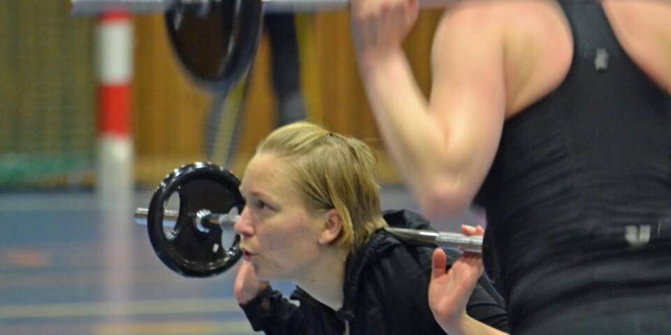 """Elin Persson kämpar med skivstången under cirkelpasset. Inkludering är viktigt, menar hon. Och att lyssna till medlemmarna. """"Vill några ha yoga, så kör vi yoga"""", säger hon."""