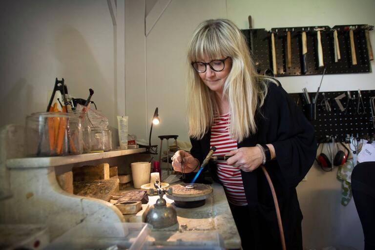 Silversmeden Maria Fors Östberg i Klasamåla är ny i företagssamarbetet 122:an som hon tror mycket på.