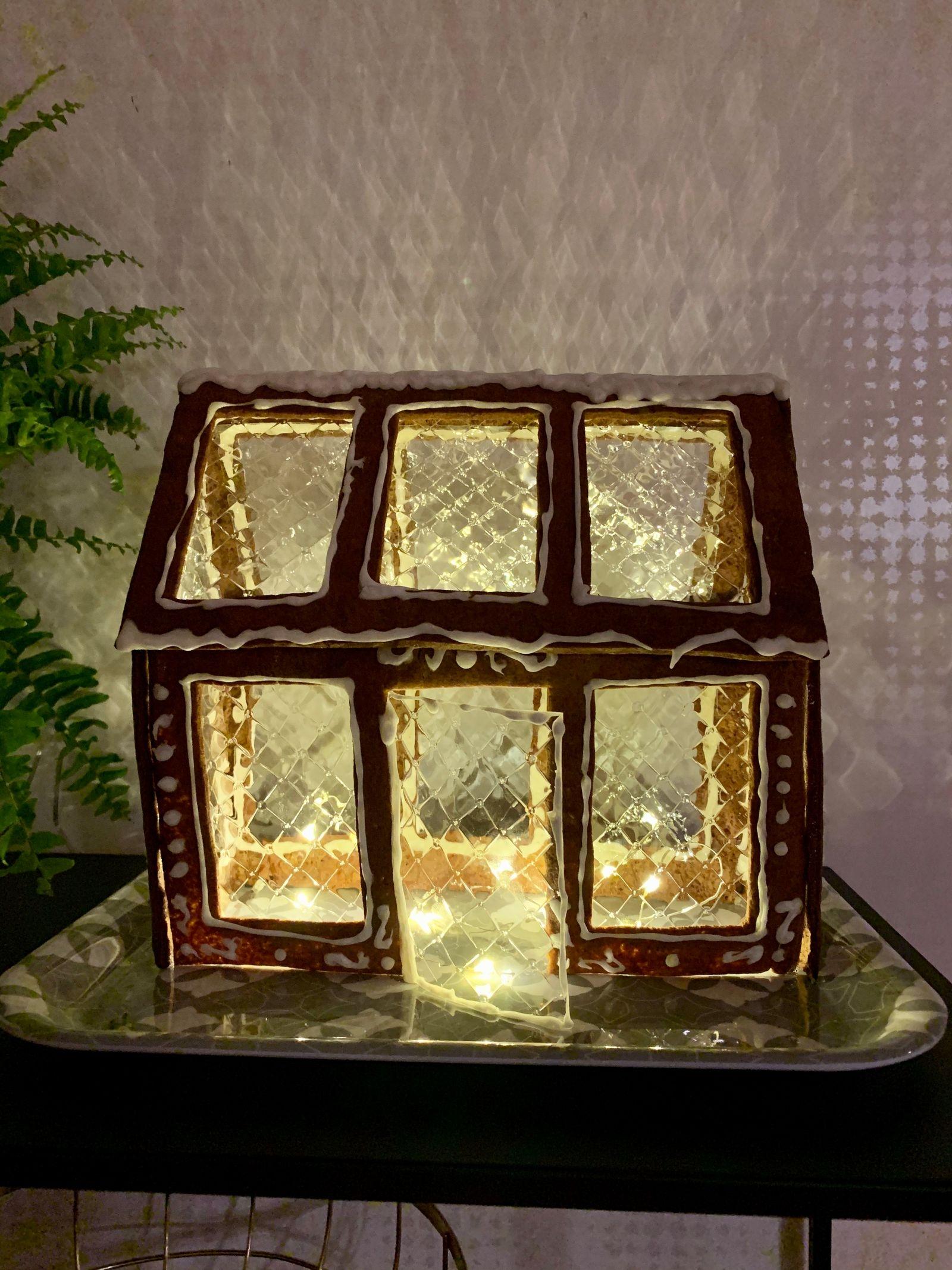 """""""Mitt pepparkakshus är i år ett växthus. Fönstren är gjorda av gelatinblad som skapar ett mysigt sken! Nu saknas bara lite granris runtomkring"""", skriver Ebba Nilsson Walldén."""