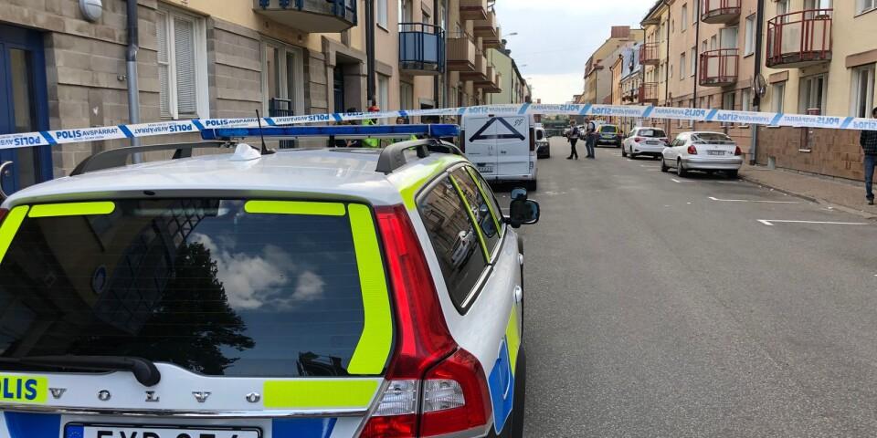 Flera polisbilar och ambulanser kom till platsen, där avspärrningarna utökades efterhand.