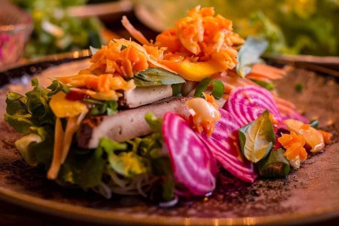 Sommarrullar med hemmagjord rökt tofu, färska polkabetor, glasnudlar, hasselnötter, sauerkraut, sallad, paprika och thaibasilika.Doppas i en krämig jordnötsdressing med soyasås och chili.