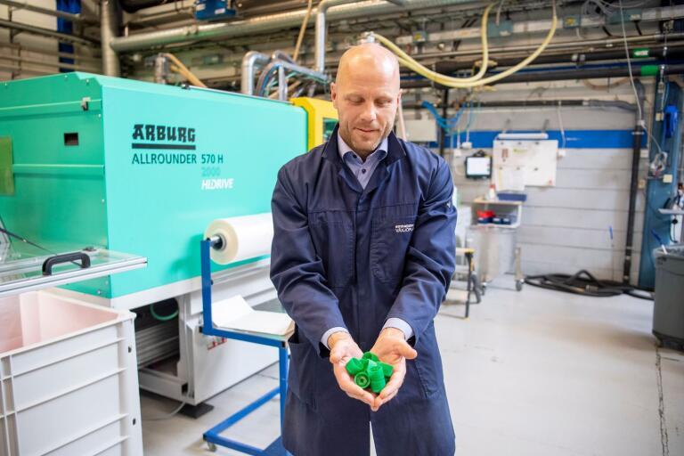 Vd Adam Airosto med några av de 600 miljoner förslutningar som Emballator Växjöplast tillverkar årligen,