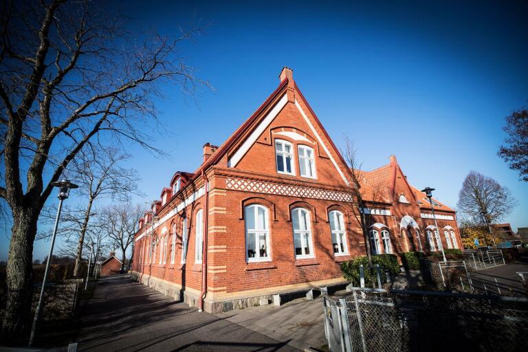 Alstad skola är en av fyra skolor som ska avvecklas enligt förslag i en ny utredning som kommunen har beställt.