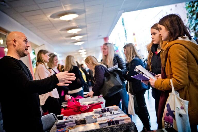 Arkivfoto från en mässa där gymnasieelever fick träffa representanter från yrkesliv och universitet.