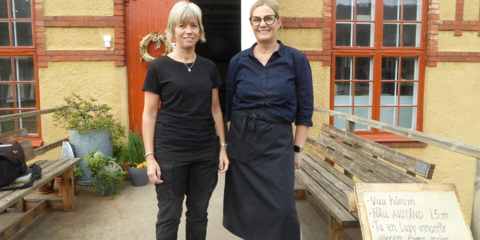 Återstarten av Lessebo handpappersbruk har fått en positiv respons. Trots Coronan har det varit en bra besökssommar med många svenska turister, säger Anette Karlsson och Marie Arvidson.