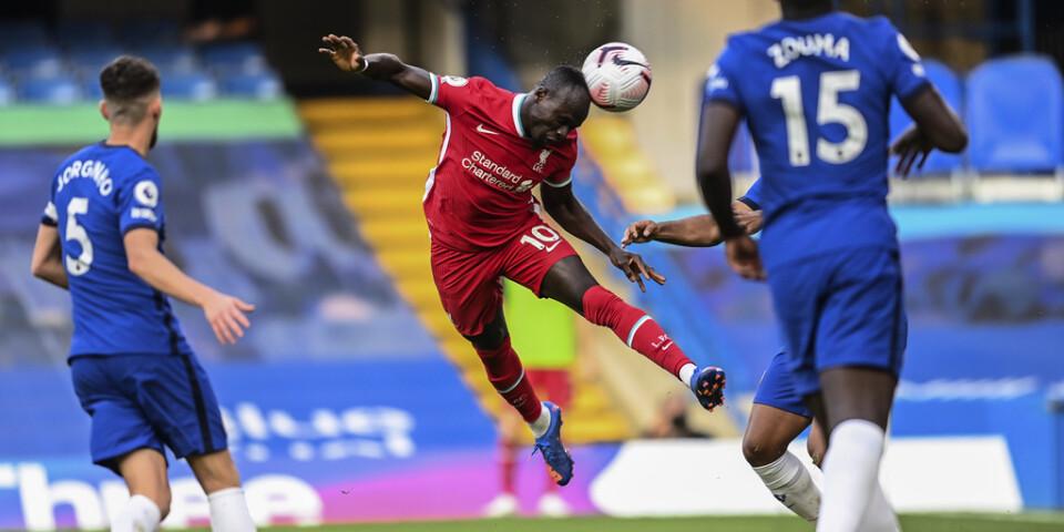 Sadio Mané nickar till och gör sitt första av två mål i 2–0-segern över Chelsea.