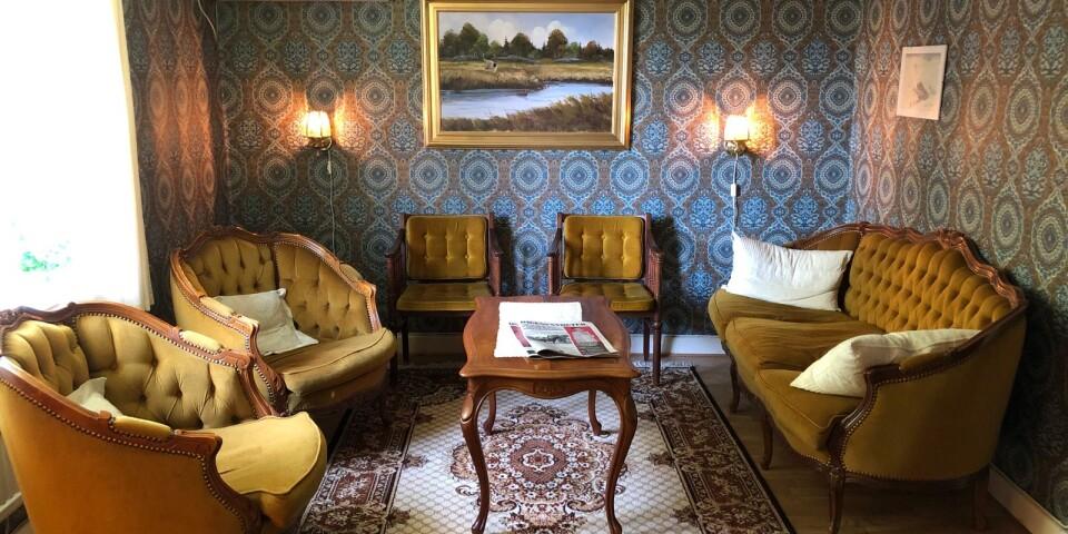 Väntrummet på Ebbetorps läkarmottagning. Tapeterna är original från 1800-talet.