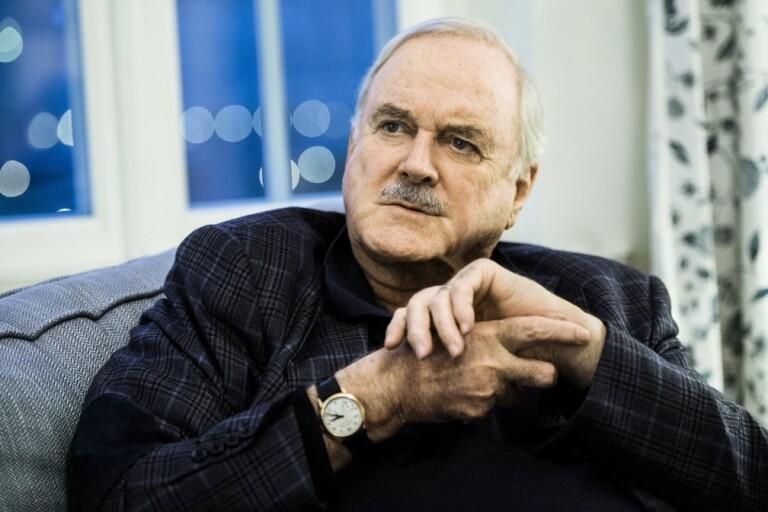 John Cleese uppmärksammar skylt i Haparanda