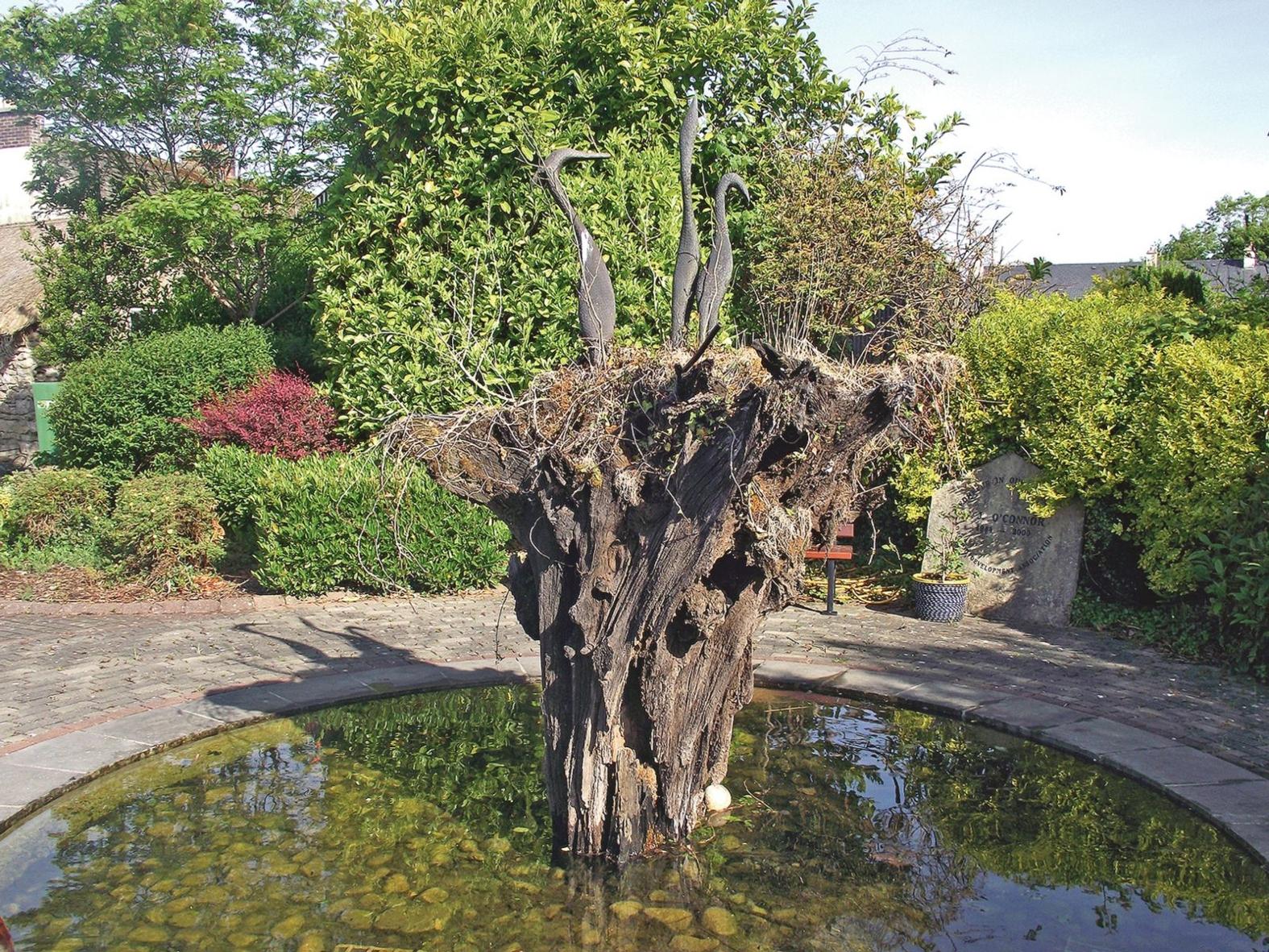 Bogwood. Vattenskulptur som gjorts av en gammal ek som hittades i en mosse då det bröts torv. Tranorna förekommer på många olika ställen i Leitrim.