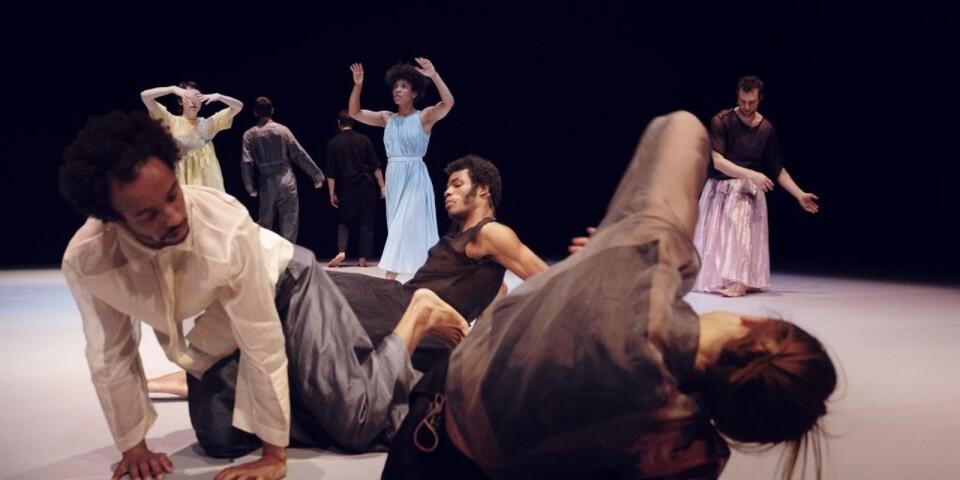 """Närmast ses de båda dansarna Mohamed Y. Shika och Eva Mohn i Cullbergs """"The Listeners""""."""
