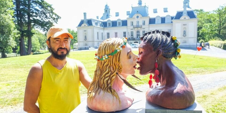 """Juan Villavicencio är konstnär från Ecuador, med bas i Tryde. Juan deltar med skulpturen """"The kiss"""" som är gjord i lera, järn och naturmaterial. – Mitt verk föreställer en kyss. Med vem, var och hur är bortom all betydelse."""