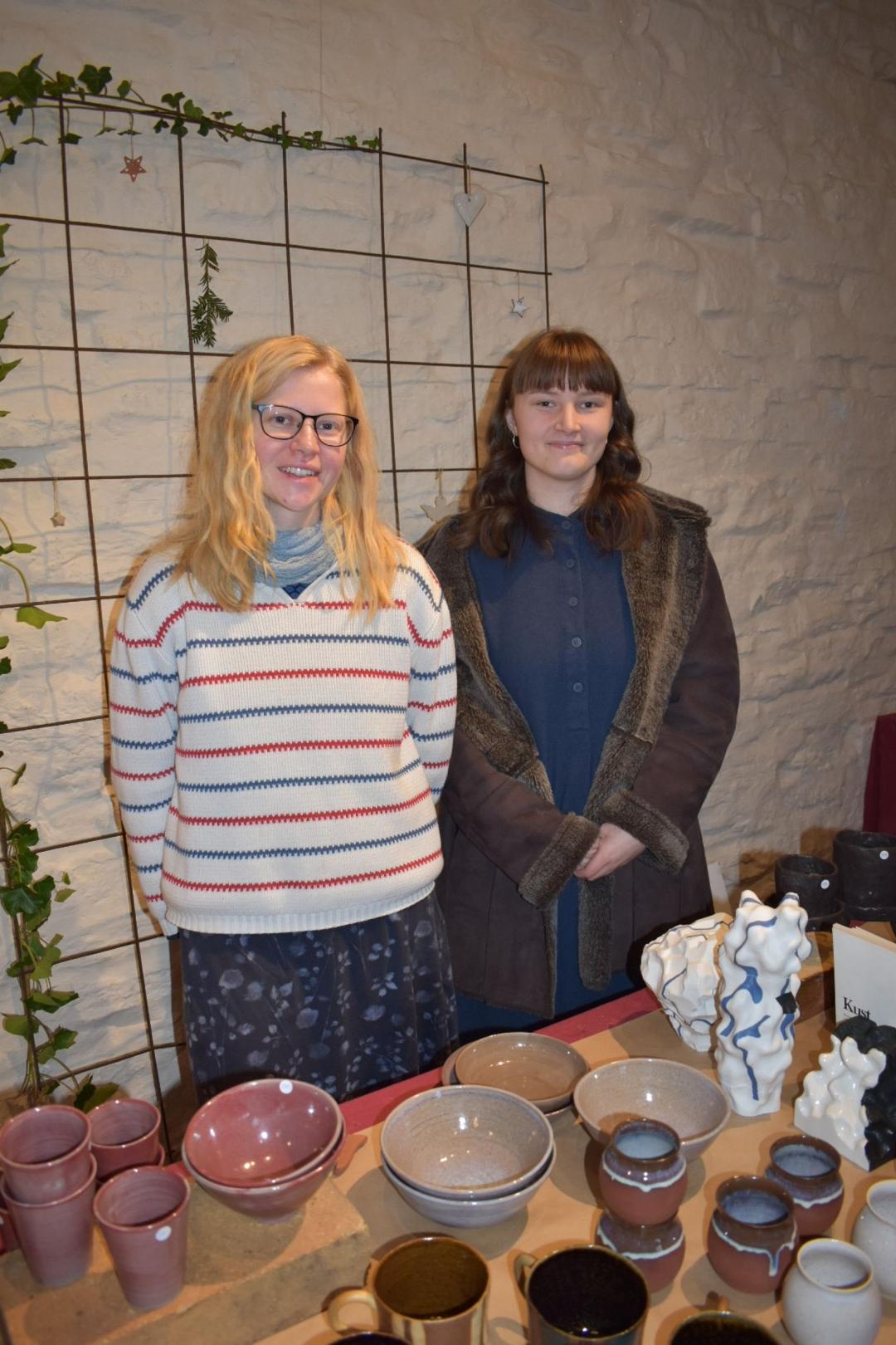 Henrietta Barts och Mira Lowejok är båda elever på Capellagårdens keramikutbildning.