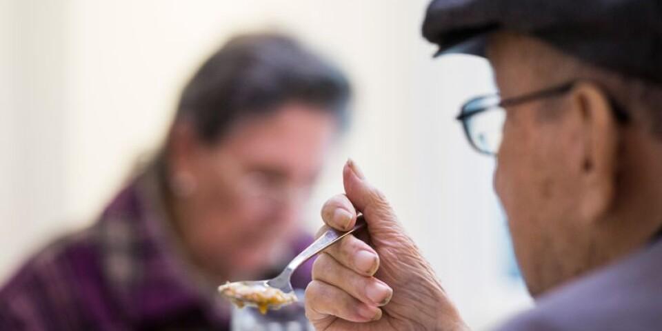 Äldreomsorgen behöver mer än bara mer resurser, skriver debattskribenterna.