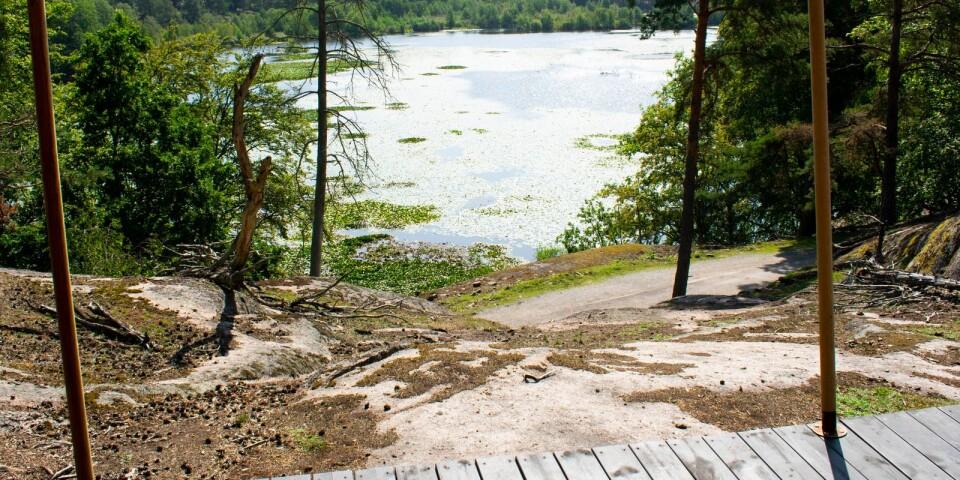Tältet är placerat ute i parken på ett berg med utsikt över Färsksjön.