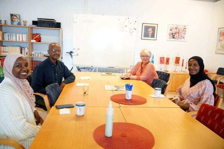 Aisha Awaty, Karrar Awaty, kursledaren Ulla Bergius Utbult och Rawan Awaty  träffas varje vecka på kursen Ny i Sverige. Sonen i familjen Hamid Awaty är med ibland.