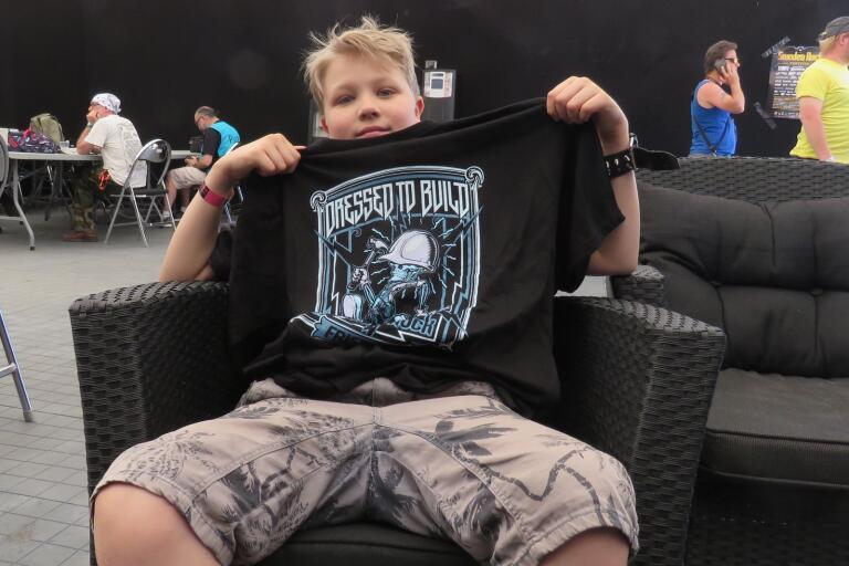 Snygg t-shirt, helt gratis. Såklart August Hylse är nöjd.
