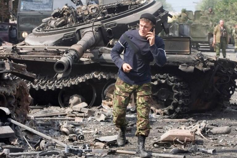 Soldat vid förstörd pansarvagn i Tskhinvali.