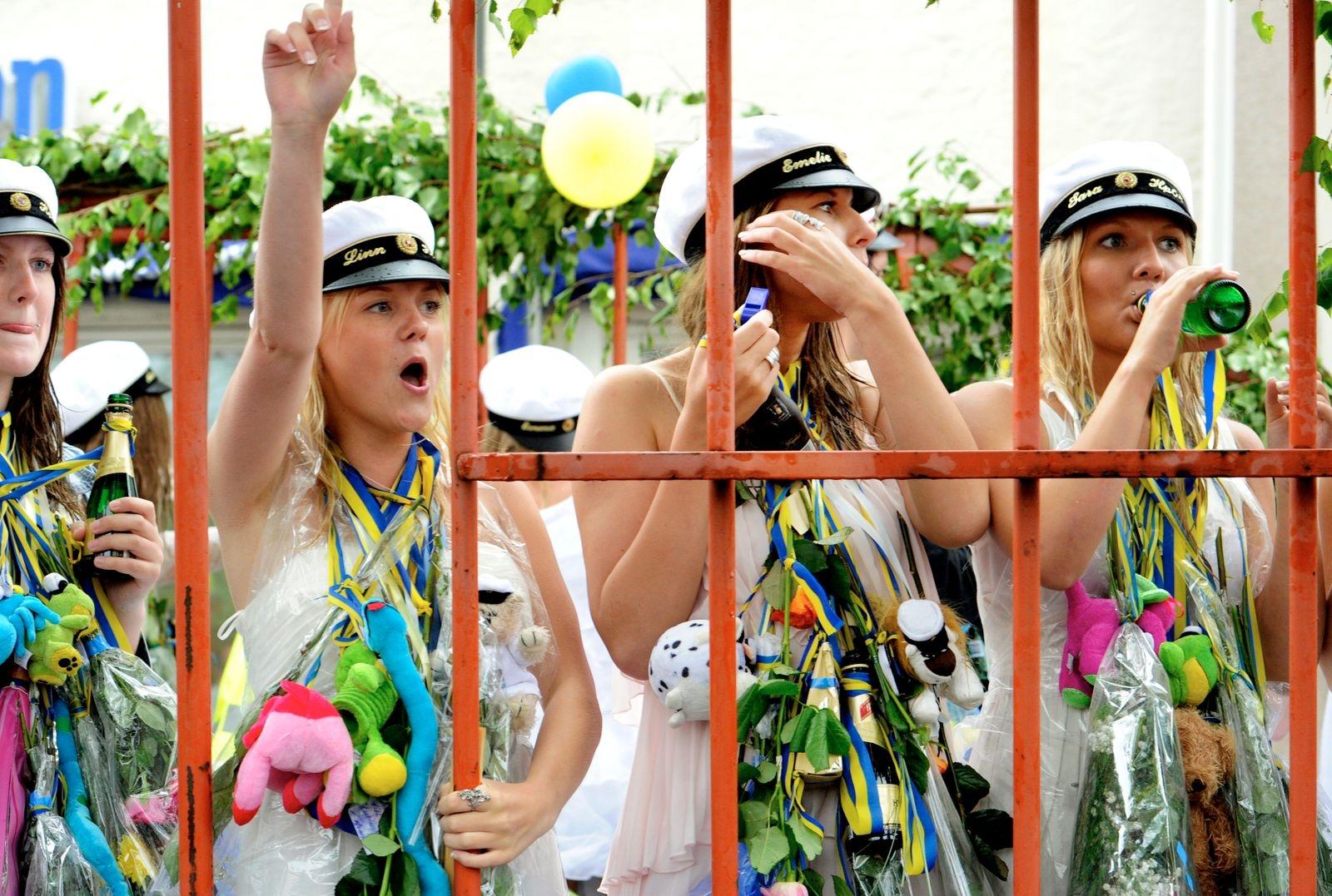 Regnet vräkte ned över studenterna i Oskarshamn 2011, men det stoppade inte glädjen i kortegen.