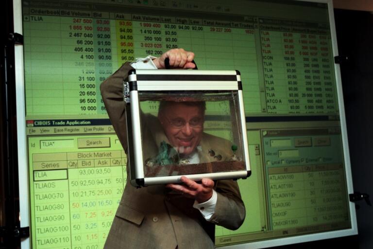"""Telias vd fick en """"aktieportfölj"""" i form av ett akvarium med pirayor i av Stockholmsbörsen i samband med att aktien börsnoterades. Arkivbild."""