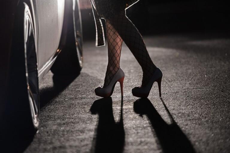 Det här är den vanligaste bilden av sexköp, en kvinnlig prostituerad lutar sig in mot ett bilfönster. men verkligheten är betydligt mer komplex.