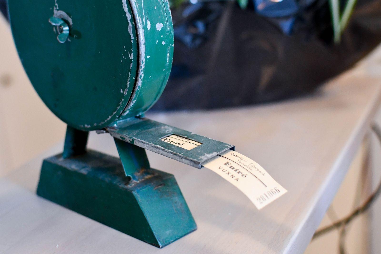 Gamla prylar, affischer, vykort och biljetter har tagits tillvara i inredningen.