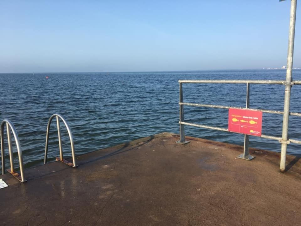 Rapport från flitiga badkorren Per-Olof Nilsson: 17 grader i Färjestadens hamn tisdagen den 15 september.