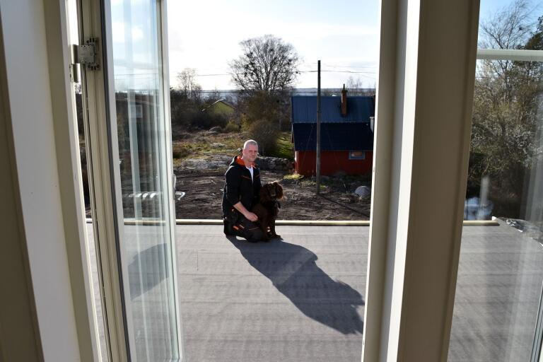 Mikael Andersson och nioåriga yrvädret Nellan på balkongen. Den är ett av projekten som den tidigare snickaren har framför sig och därmed sällar han sig till många andra svenskar som är i byggtagen lagom till vårvärmens ankomst.