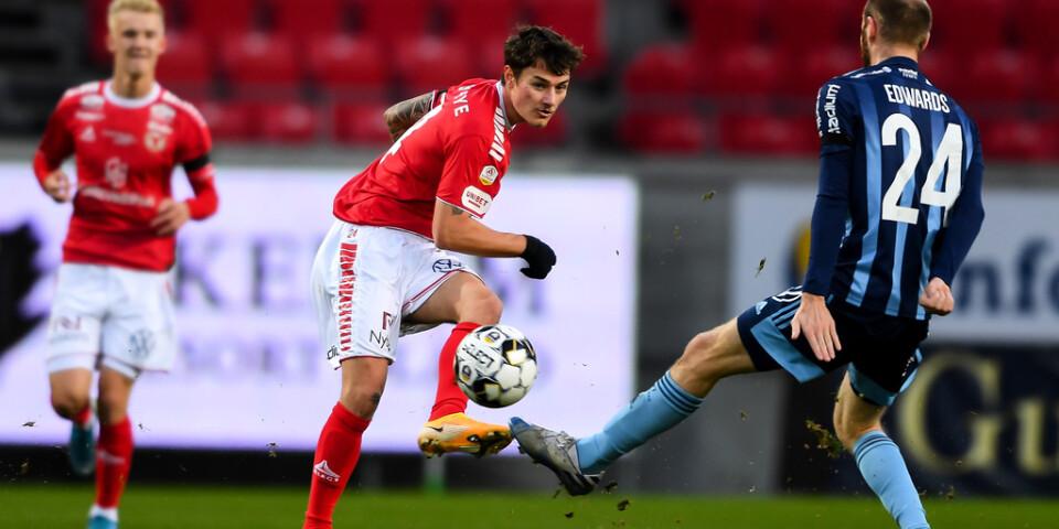 Kalmars Adrian Edqvist mot Djurgårdens Curtis Edwards under söndagens match, som Djurgården vann med 3–0.