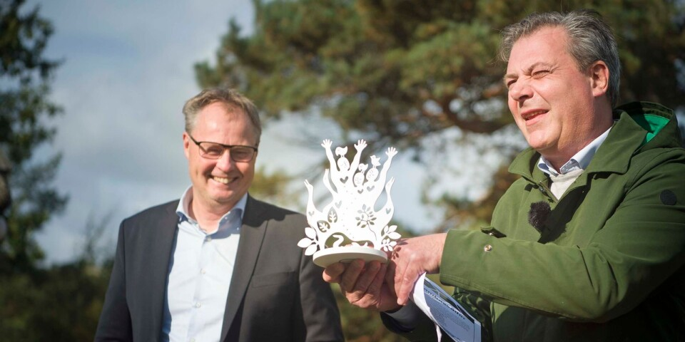 Municipal Councillors Peter Johansson (M) and Pierre Månsson (L) hand out the award. The eel huts can keep hold of the trophy for the year.