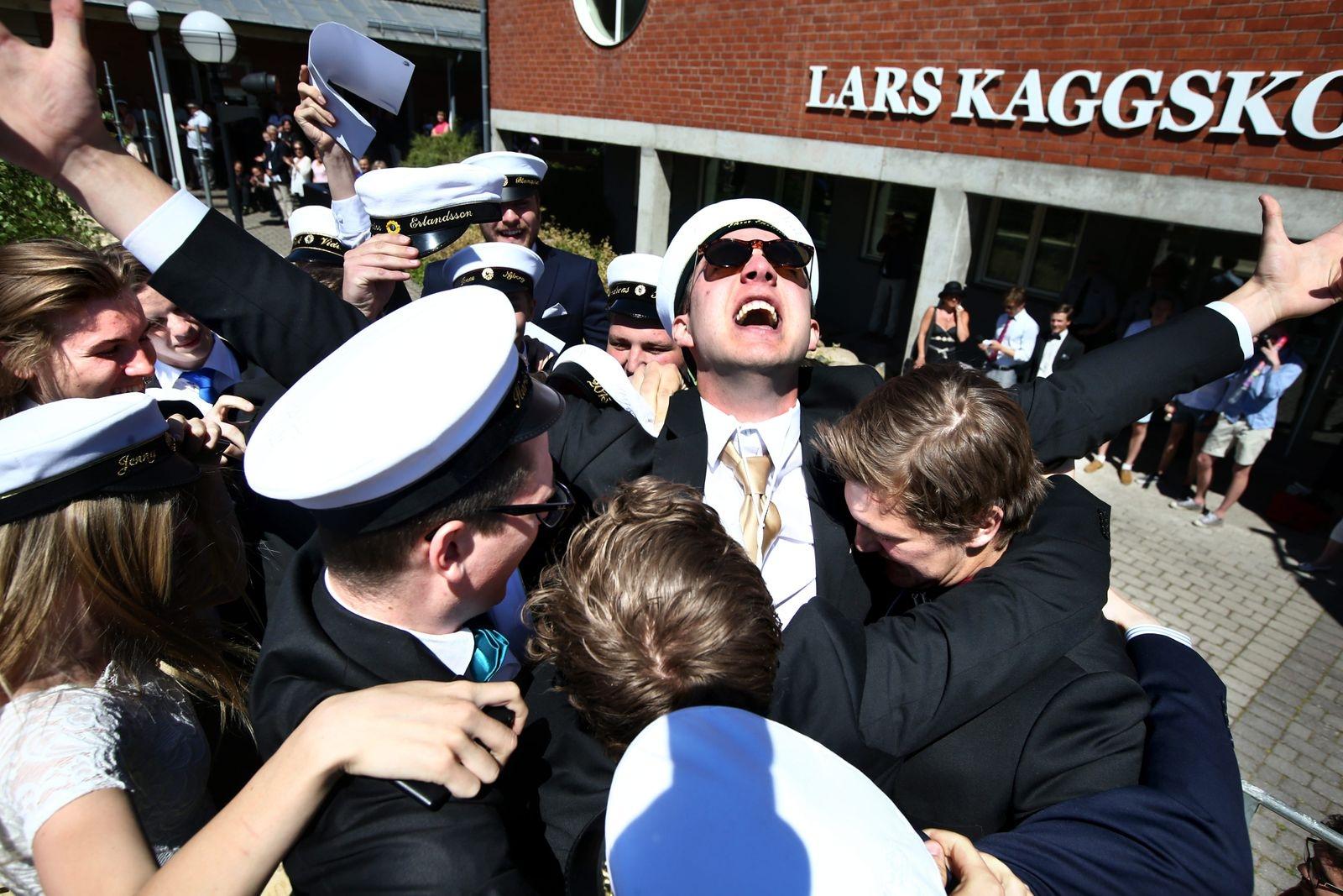 Mattias Andersson skriker ut sin glädje på Lars Kaggskolans student 2015.