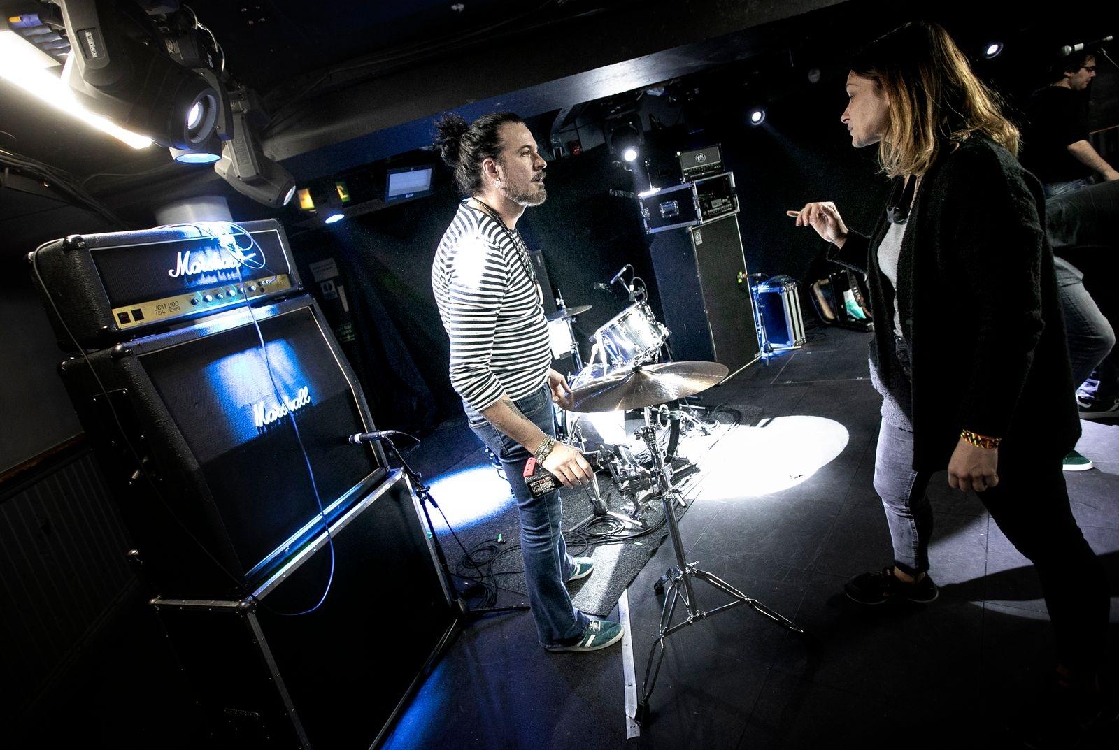 Trummisen Jolle Atlagic instrueras av kvällens lokala ljudtekniker.