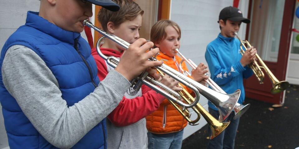 Elever från årskurs 5, 6 och 7 framförde Sophiafanfaren, skriven av den tidigare trumpetläraren på Kulturskolan, Per Åkesson.