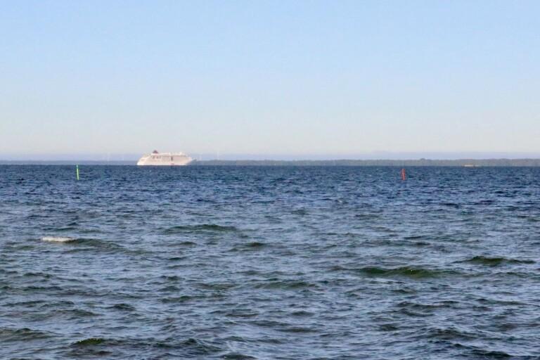Finfrämmande: Stort fartyg ligger för ankar i Kalmarsund