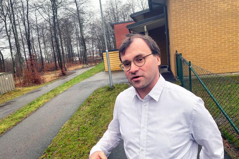 – Jag tror inte att ordningsvakter är rätt väg. Att sätta in ordningsvakter tycker jag är fel väg att gå och det har inte heller visat sig löst problemen med oron kring resecentrum utan tvärtom, säger Jörgen Englin.