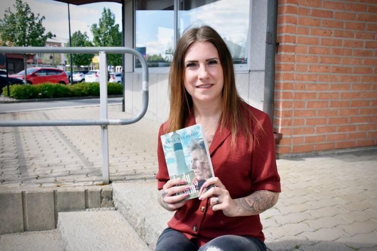 """Anna Svensson debuterar som författare med boken """"Är du ensam?""""."""