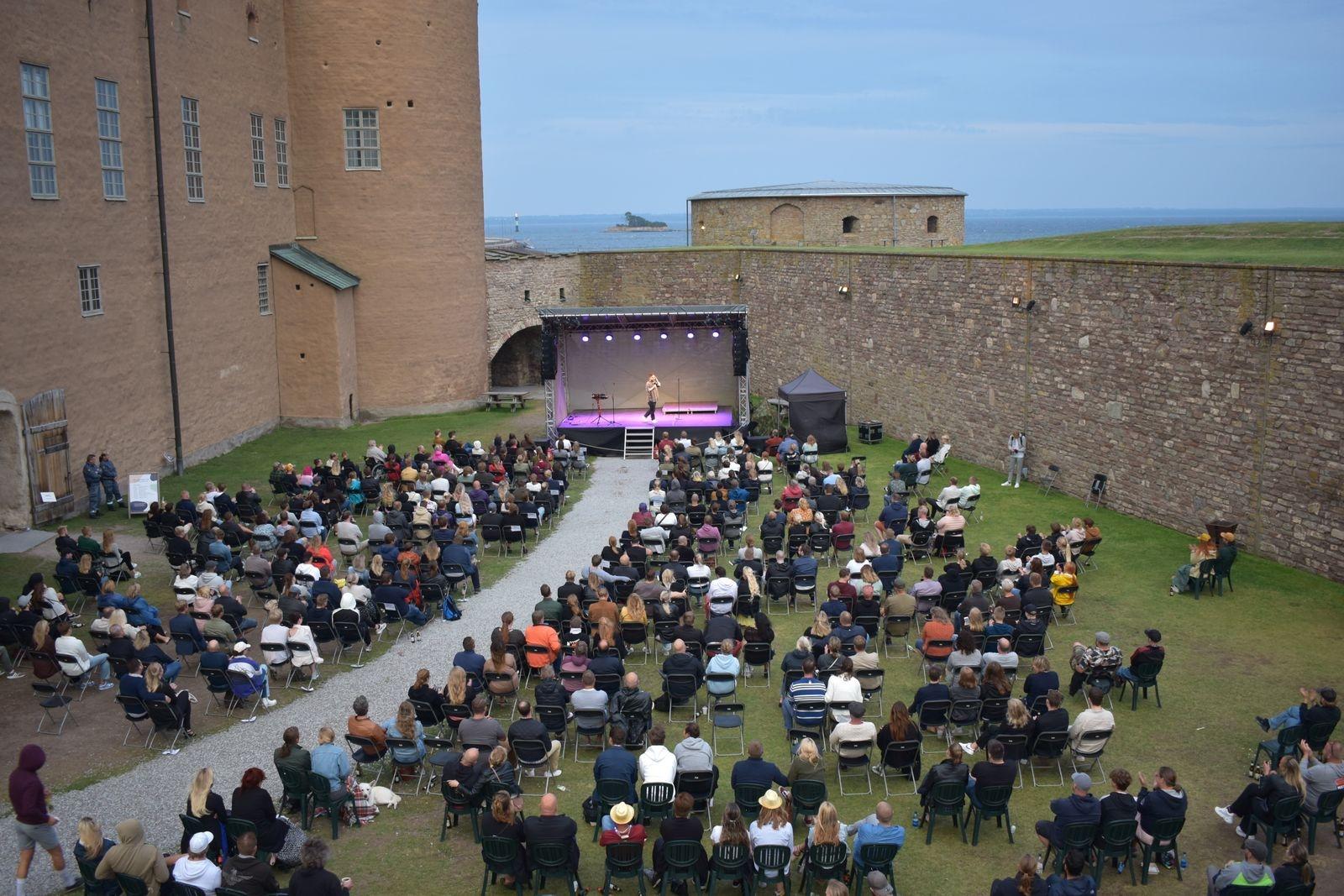 Fullsatt på Kalmar slotts yttre borggård.