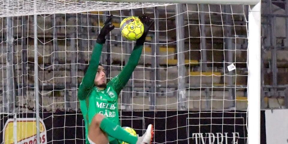 Marko Johansson räddar först men tappar sen bollen och Johan Mårtensson gör 1-0.