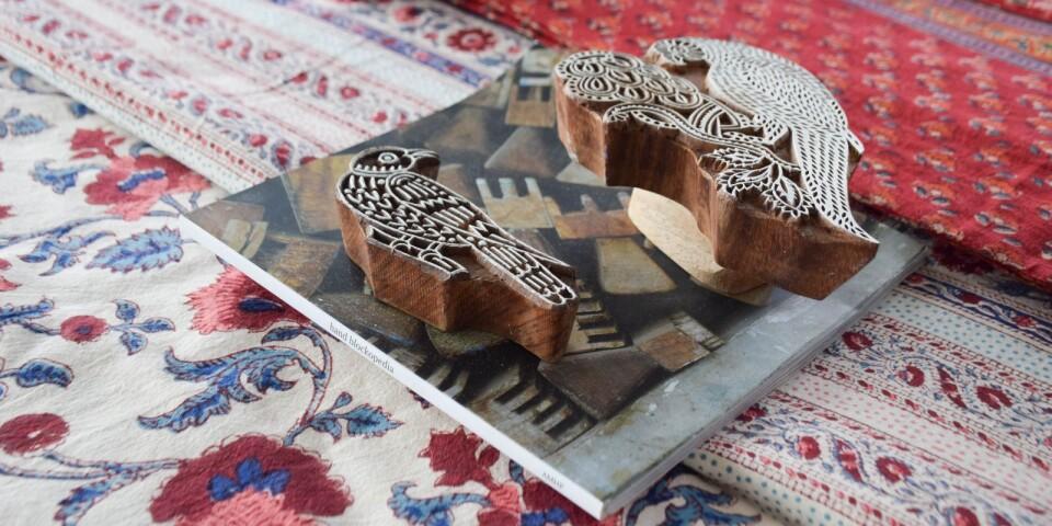 Kläderna av märket Anokhi är sydda av tyger i ekologisk bomull, med handtryckta mönster i färger från växtriket.
