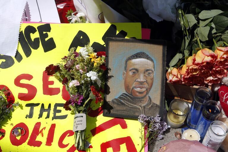 Blommor och minnesord i närheten av platsen där George Floyd dödades av polis i Minneapolis.