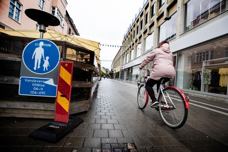 """NTF om påbjudna gångbanor: """"Där får man inte cykla eller köra moped men man får leda cykeln eller mopeden om detta inte är förbjudet enligt tilläggstavla."""" Ändå cyklade 26 av 40 i detta området under TA:s undersökning, medan bara 14 personer ledde sin cykel."""