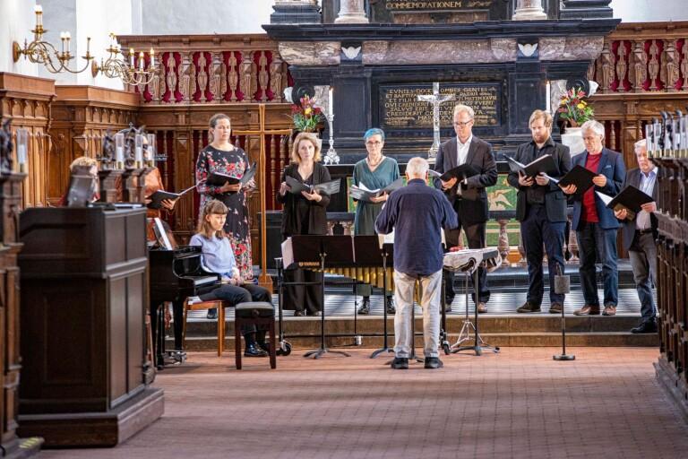 Körnestor Gunnar Eriksson dirigerar sin RilkeEnsemblen.