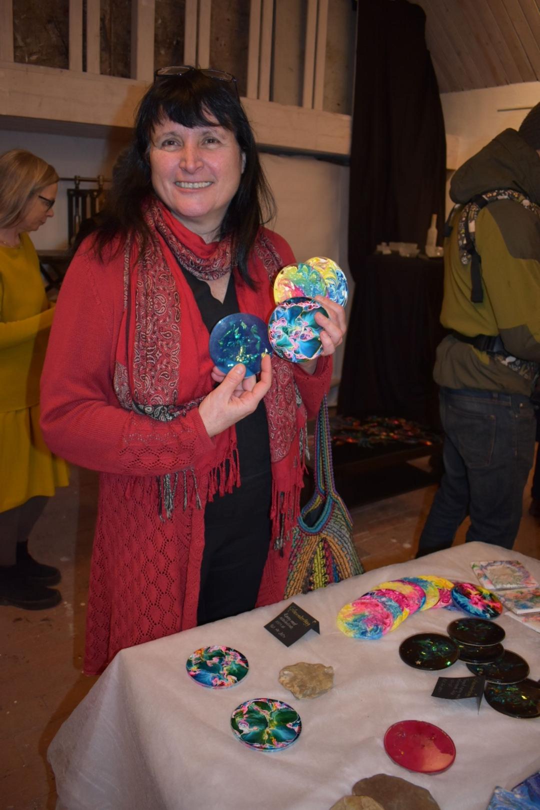 Glasunderlägg, vissa dekorerade med gamla cd-skivor. För Ana Gaines är återvinning en viktig del.
