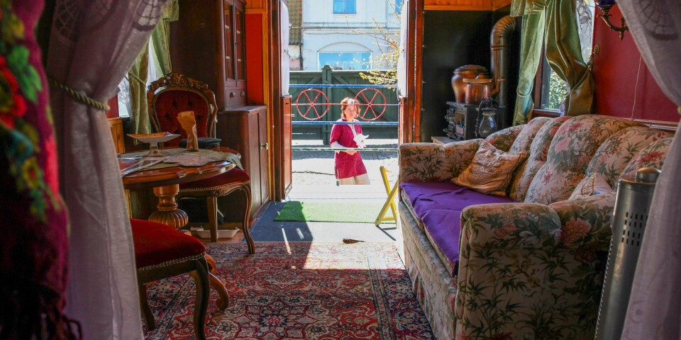 Österlens museum öppnade i lördags vandringsutställningen Romska smycken – hantverk, tradition och ett sätt att leva. Utöver smycken visas på museets innergård även en romsk vagn som användes som bostad av en familj på sju personer ända fram till 1959.