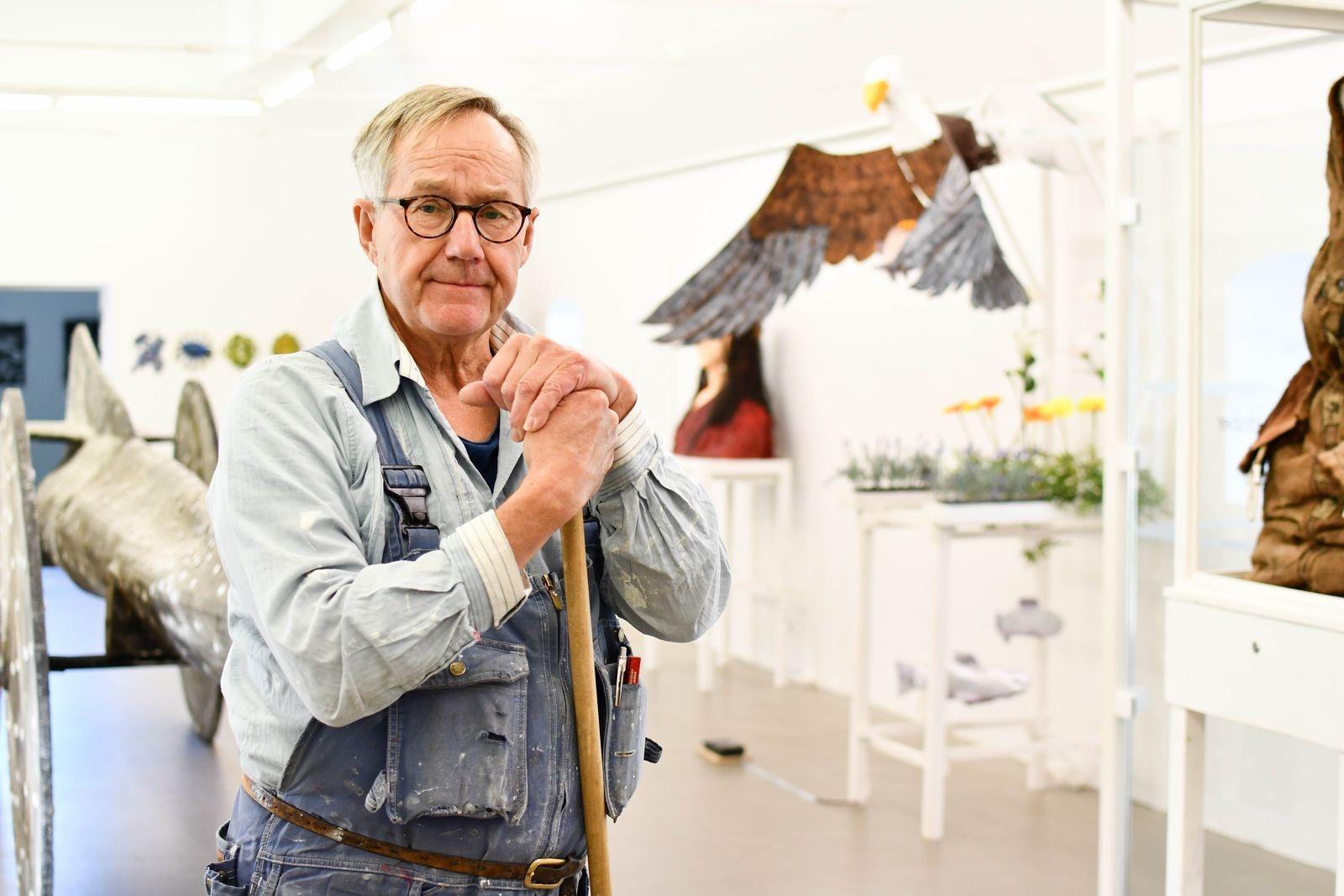 Konsthallens besökare möts av Göran Häggs Konstruktioner - en utställning som handlar om livet och om döden.