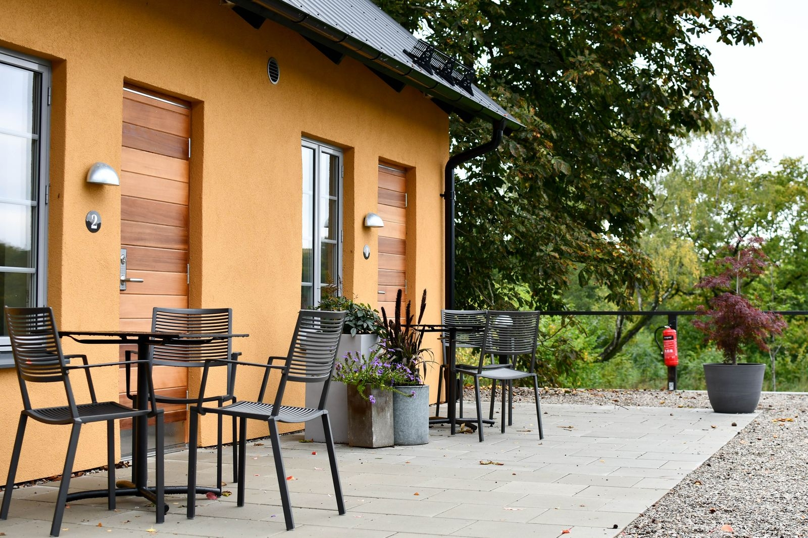 Gårdshotellet består av sju rum. Sex på nedre plan och ett på övre plan, som dessutom rymmer ett sällskapsrum.