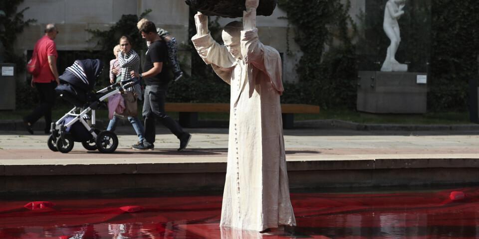 En staty av den tidigare påven Johannes Paulus II som placerats utanför nationalmuseet i Warszawa väcker reaktioner.