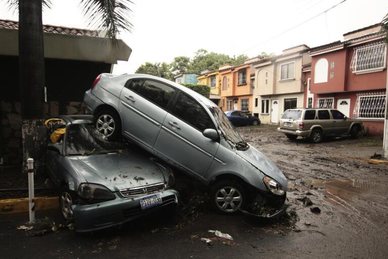 Huvudstaden San Salvador har drabbats av kraftiga översvämningar i spåren av ovädret Amanda.