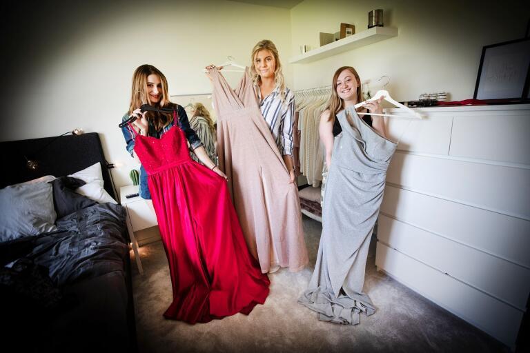Emma Alkiç valde rött, Nelly Engman rosa och Jennie Broberg silverglans för sina studentbalklänningar – som de gett sig den på att få använda trots allt.