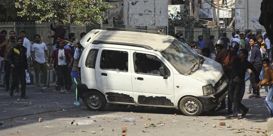 Våldsamheter flammade upp i huvudstaden Delhi där människor demonstrerade för eller mot en ny medborgarskapslag.